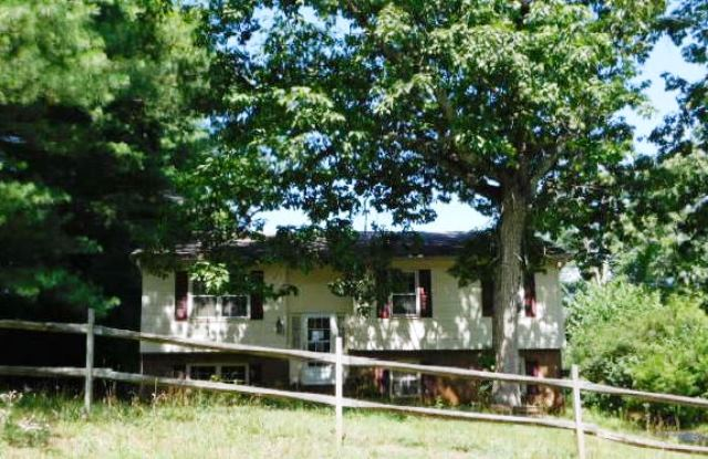 1225 Village Cir, Hickory, NC 28602