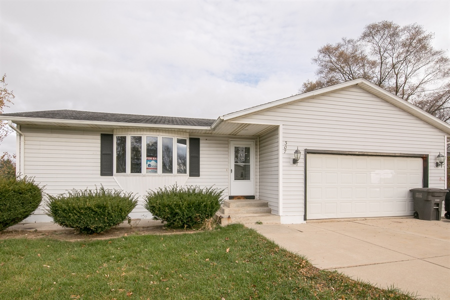Photo of 307 Fox Horn Dr  Waterford  WI