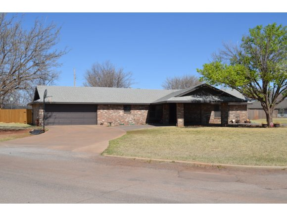1901 Iowa Cir, Sayre, OK 73662