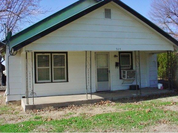 924 W Knisley Ave, Checotah, OK 74426