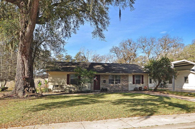 327 Oak Dr, Lake Jackson, TX 77566