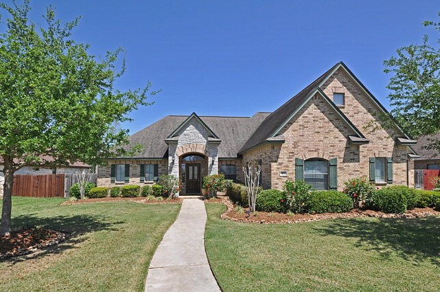 105 Canvasback Dr, Clute, TX 77531