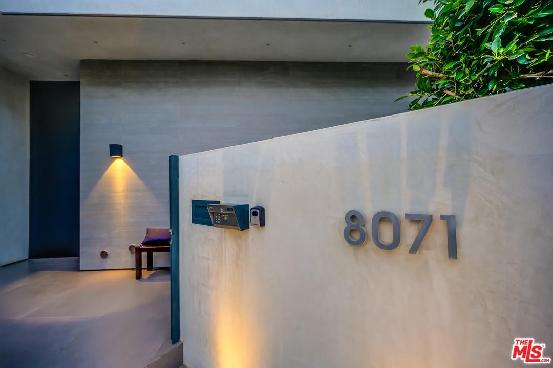 8071 Oakwood Avenue Los Angeles, CA 90048