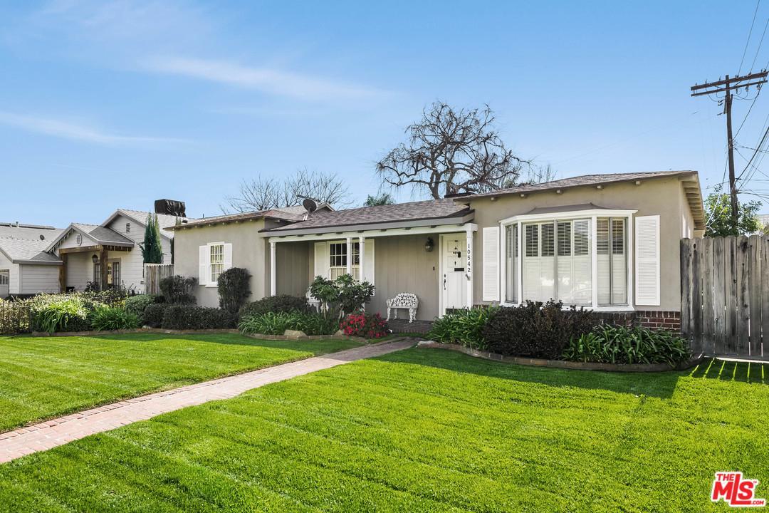 10542 MOORPARK Street, Toluca Lake, California