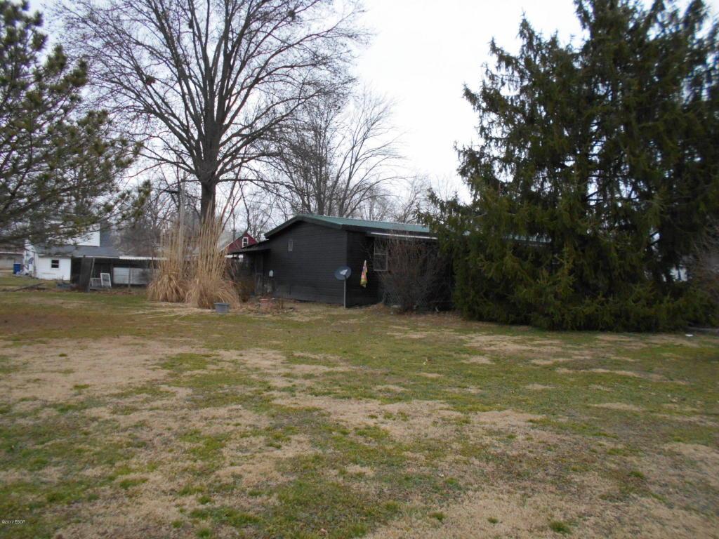 217 Fairview St, Flora, IL 62839