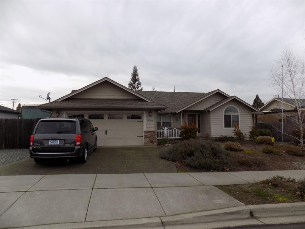 954 SW Harvest Dr Grants Pass, OR 97527