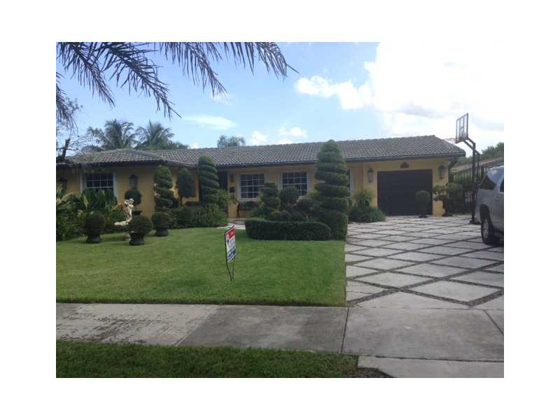 6994 SILVER OAK DR, one of homes for sale in Miami Lakes