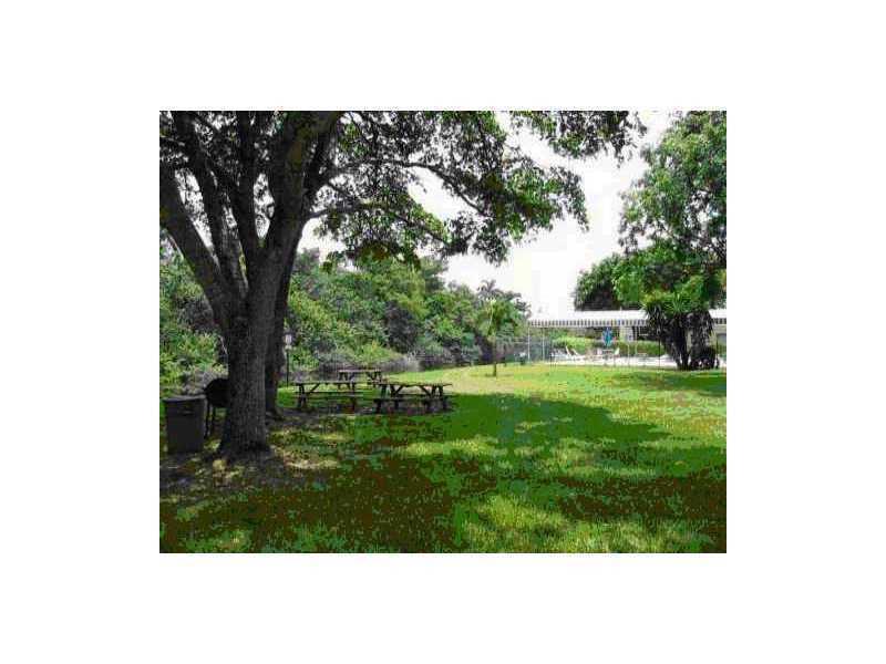 111 Royal Park Dr, Oakland Park, FL 33309