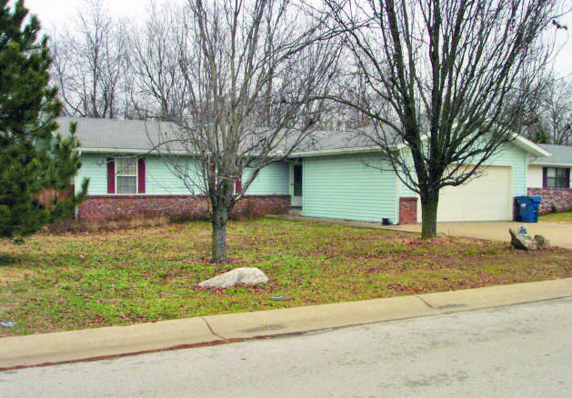 1212 Douglas Ct, Carthage, MO 64836
