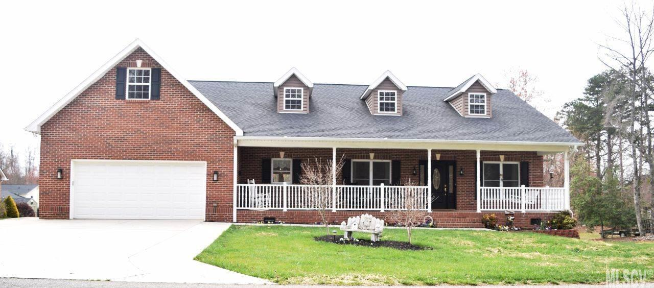 5917 Pinewinds Dr, Hickory, NC 28602