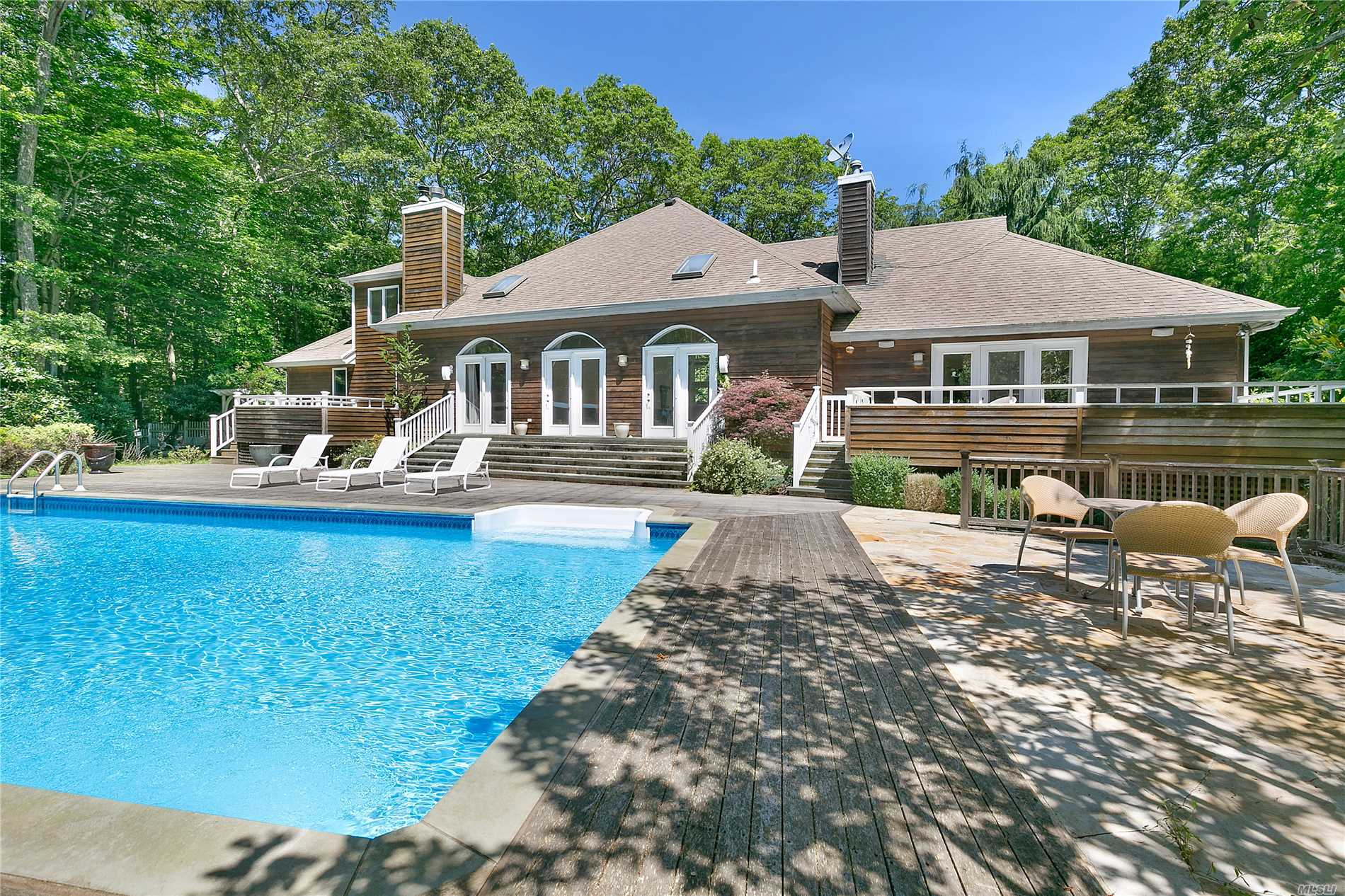 16 Woodedge Cir Amagansett, NY 11930