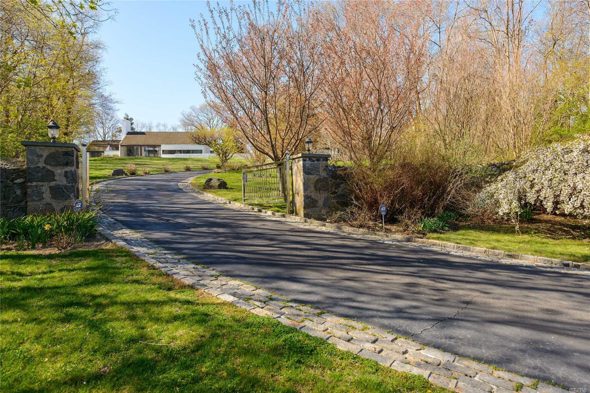 44 Sterling Ln Sands Point, NY 11050