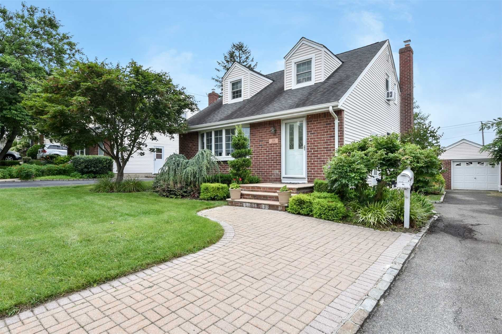 308 Roslyn Ave Carle Place, NY 11514