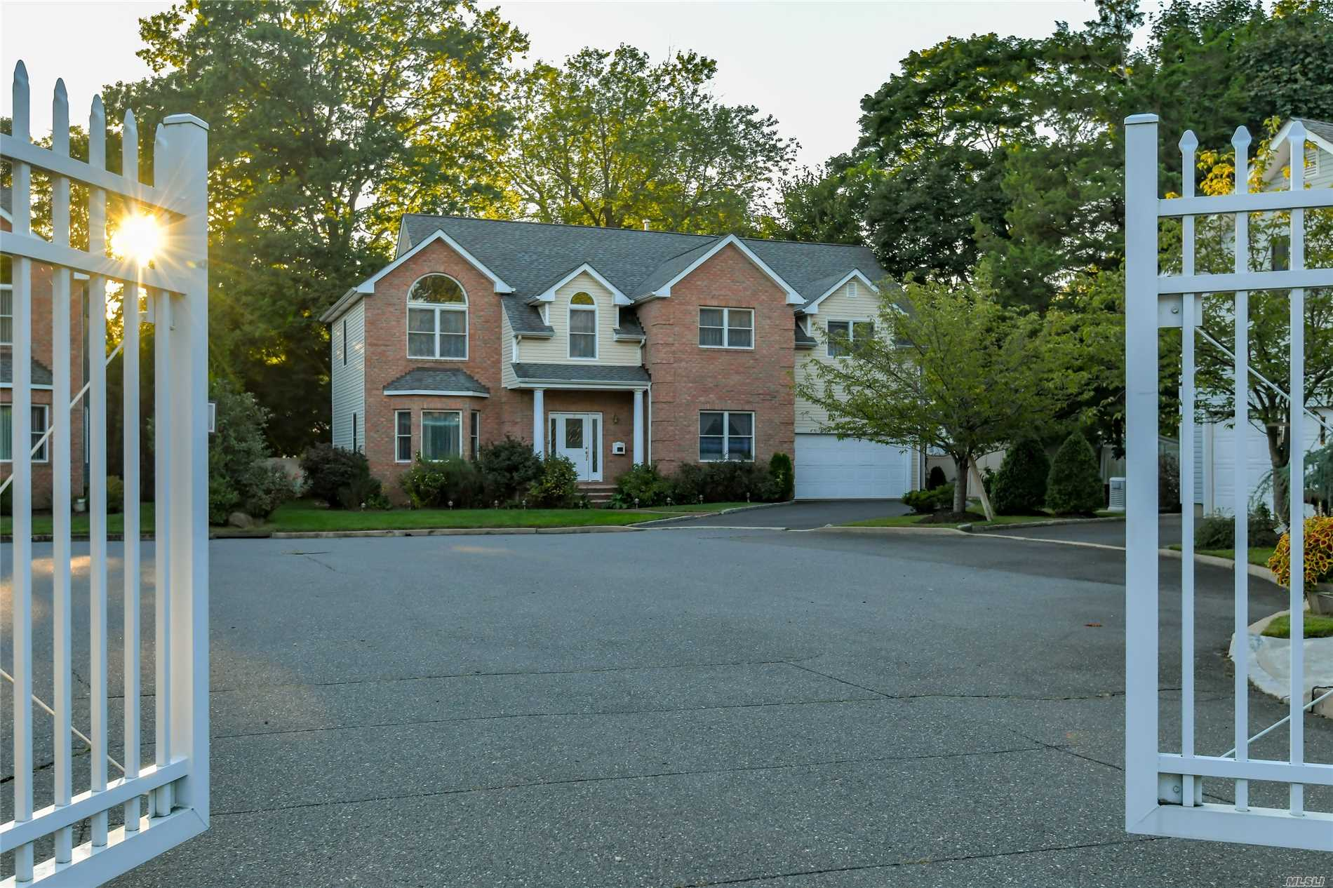 3 Brookdale Ct Glen Cove, NY 11542