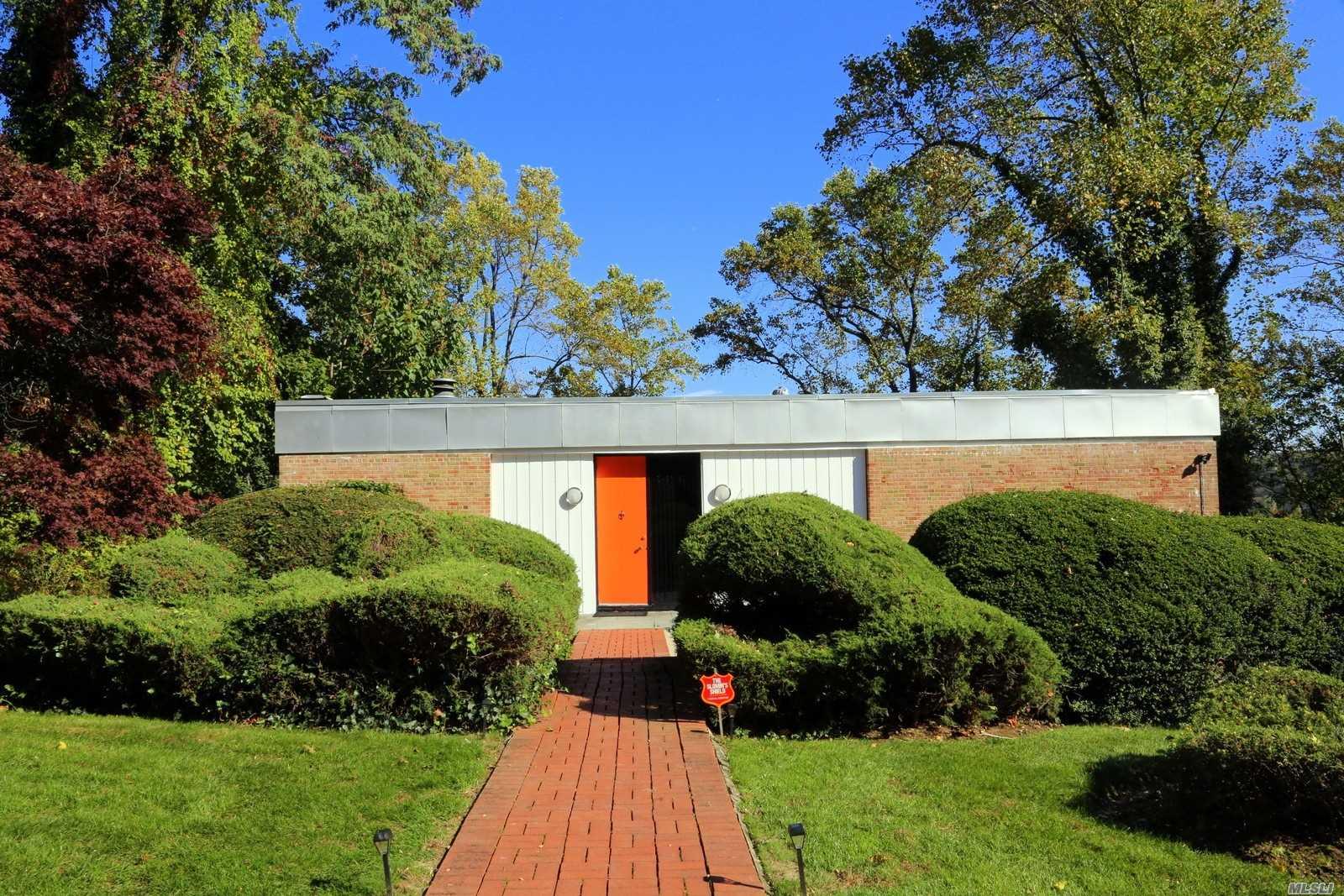 87 Fernwood Ln Roslyn, NY 11576