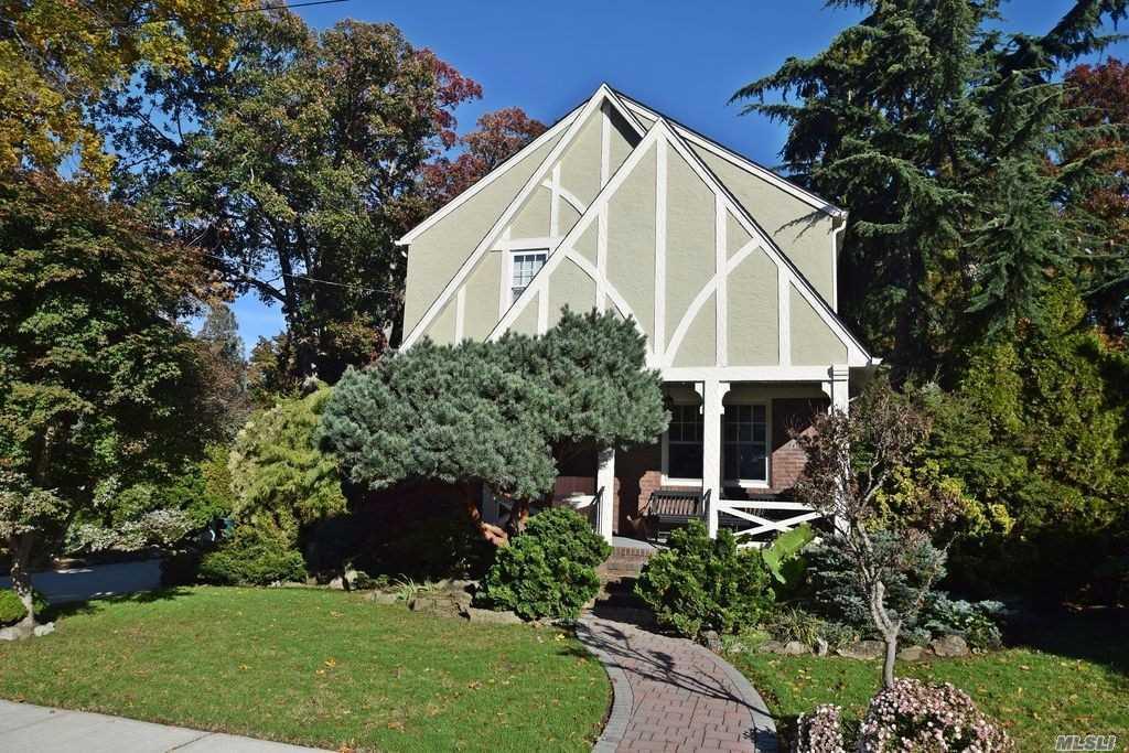 7 Cedar Rd Malverne, NY 11565