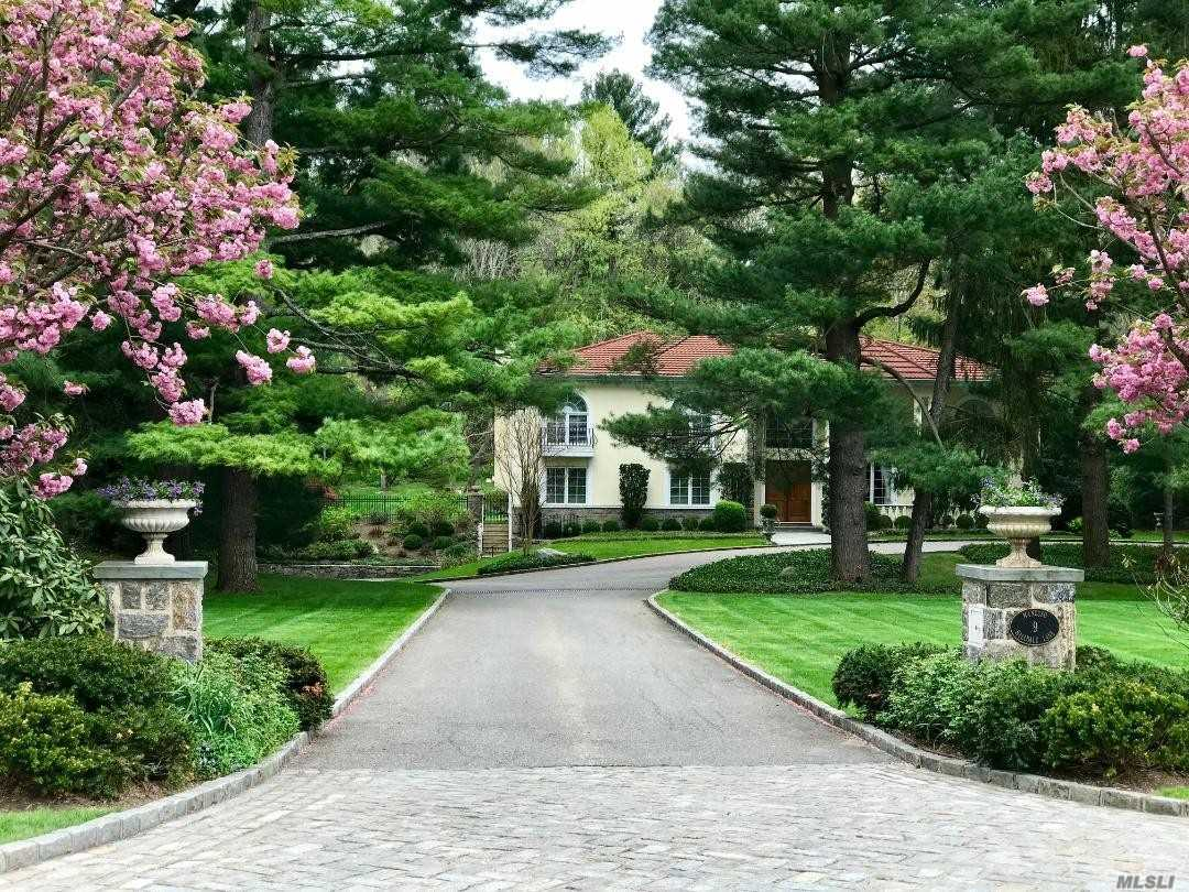 9 Hilldale Ln Sands Point, NY 11050