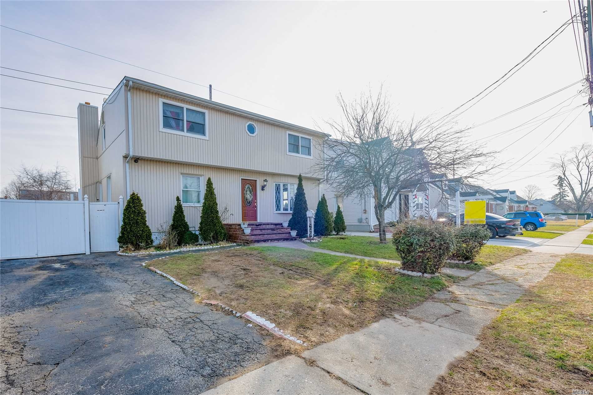 17 Mead Ave Hicksville, NY 11801