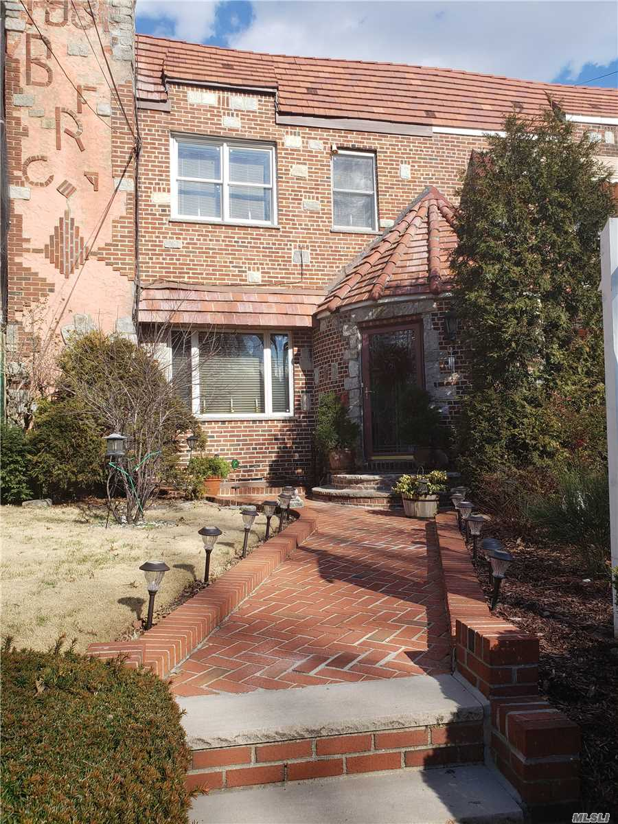 63-57 Dry Harbor Rd Middle Village, NY 11379