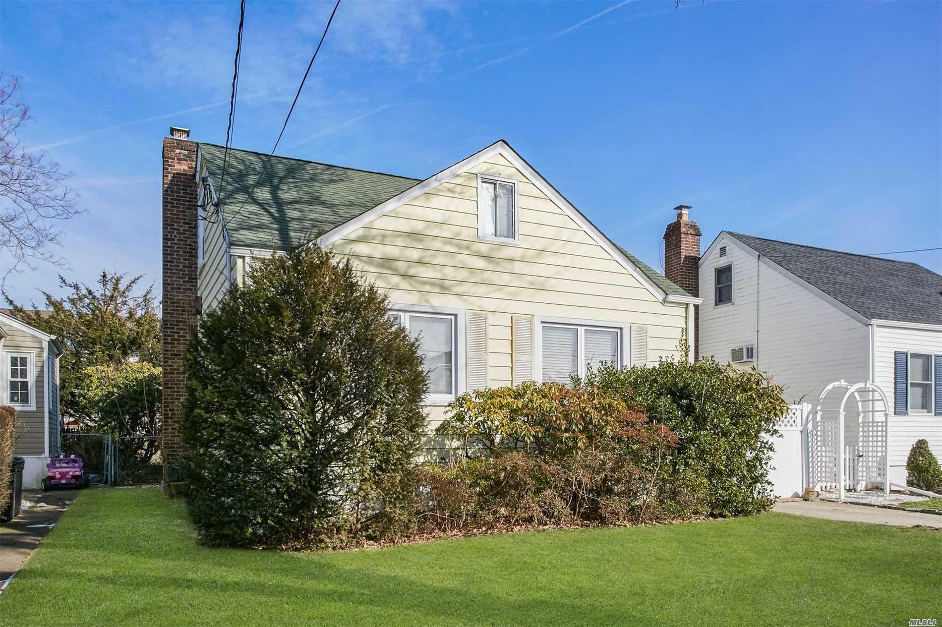 952 N 5th St New Hyde Park, NY 11040