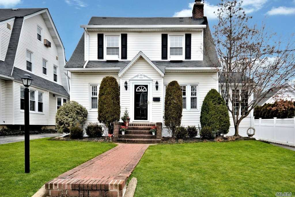 17 Yale Pl Rockville Centre, NY 11570