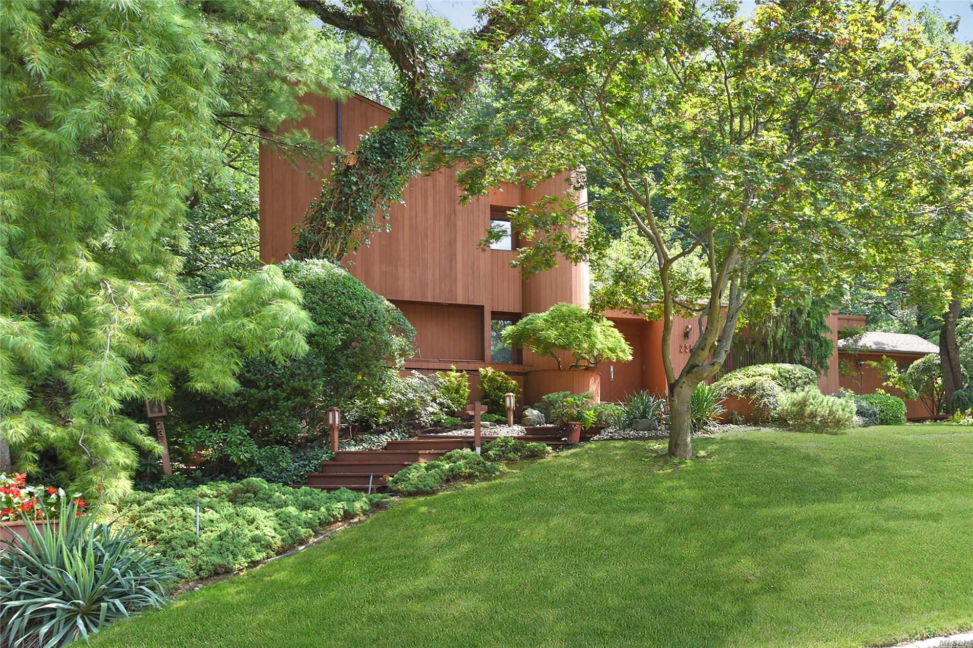 235 Chestnut Dr East Hills, NY 11576