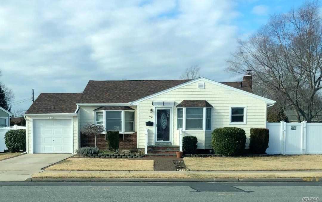 76 Spruce St, Hicksville, New York