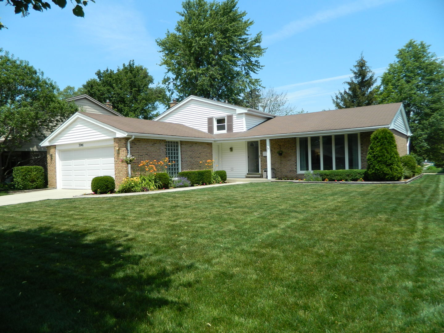 3246 North Volz Drive West, Arlington Heights in Cook County, IL 60004 Home for Sale