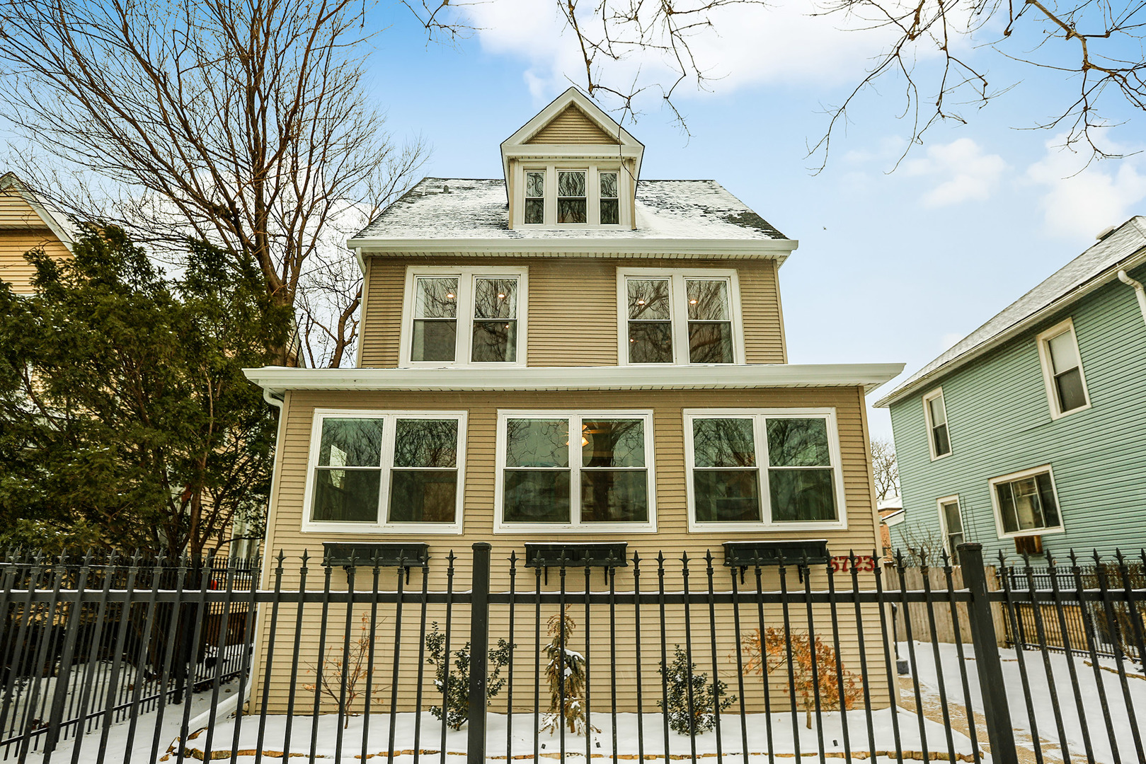 6723 North ASHLAND Avenue, Rogers Park, Illinois