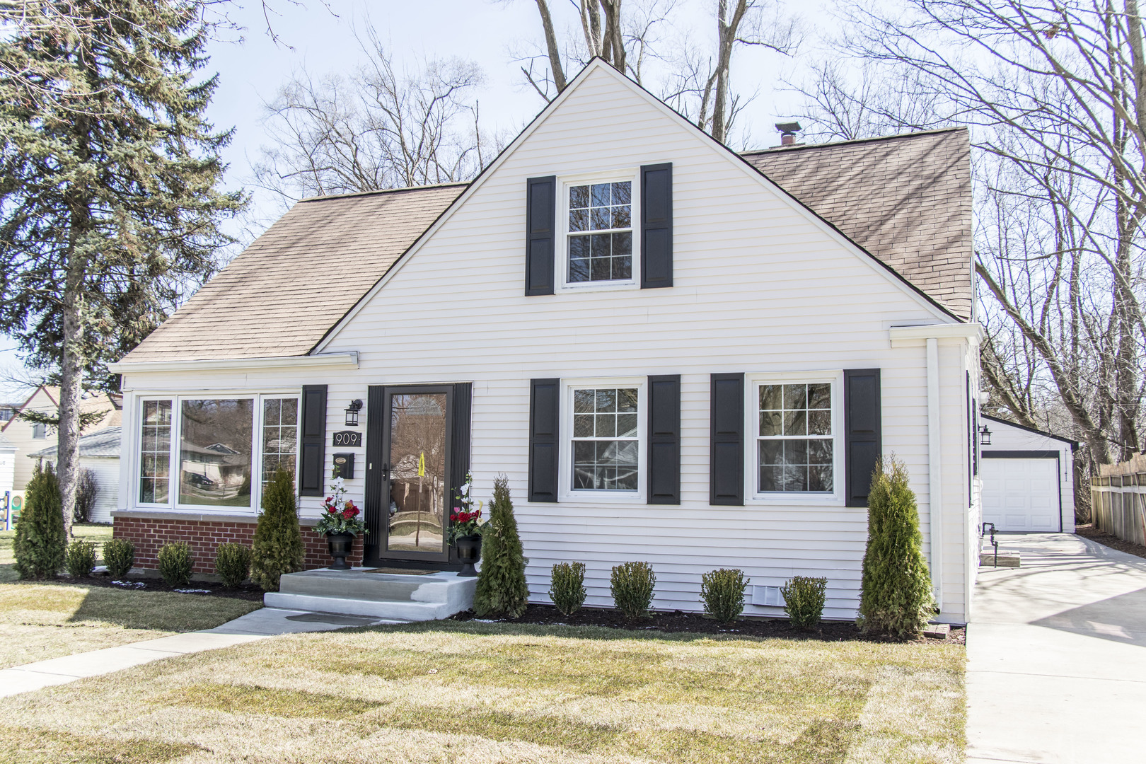 909 East OAKTON Street, Arlington Heights in Cook County, IL 60004 Home for Sale