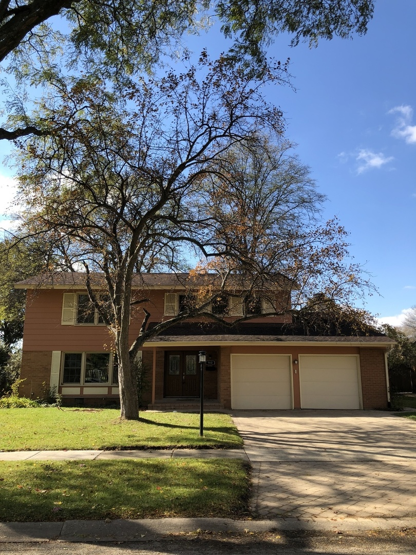 910 LONSDALE Road, one of homes for sale in Elk Grove Village