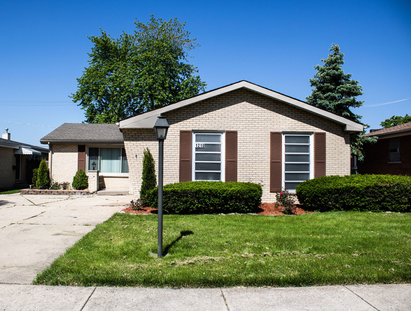 1210 South Leslie Lane, Des Plaines, Illinois