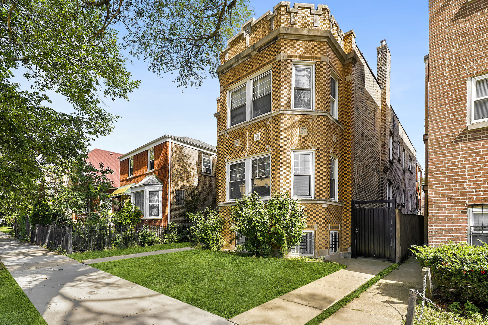 One of North Park Chicago 3 Bedroom Homes for Sale at 6025 North Fairfield Avenue