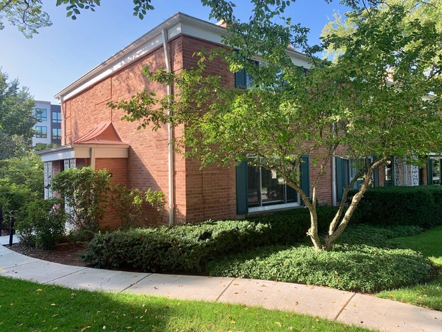 612 Carriage Hill Drive, Glenview, Illinois