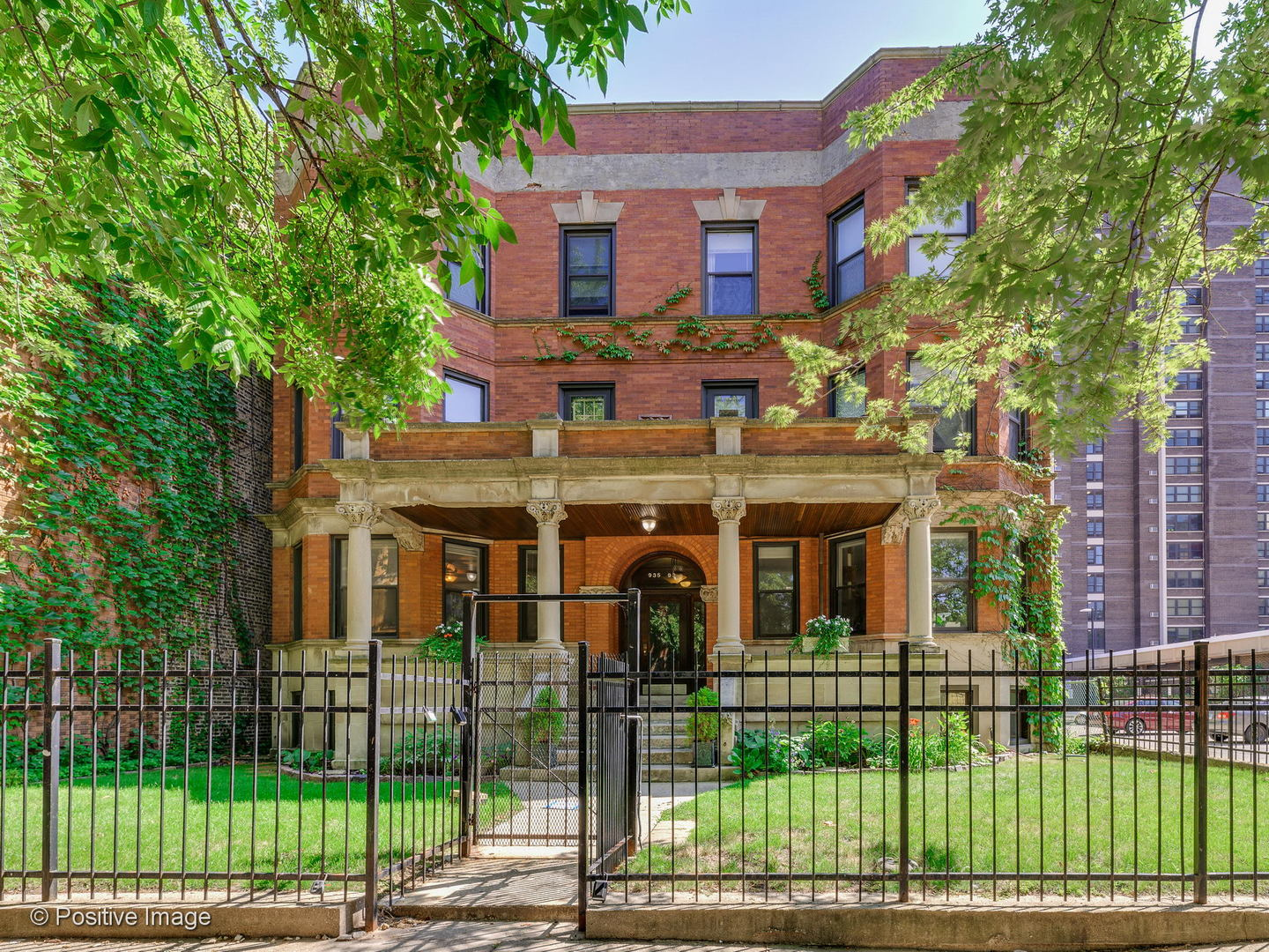 One of Chicago Uptown 2 Bedroom Homes for Sale at 935 West Leland Avenue