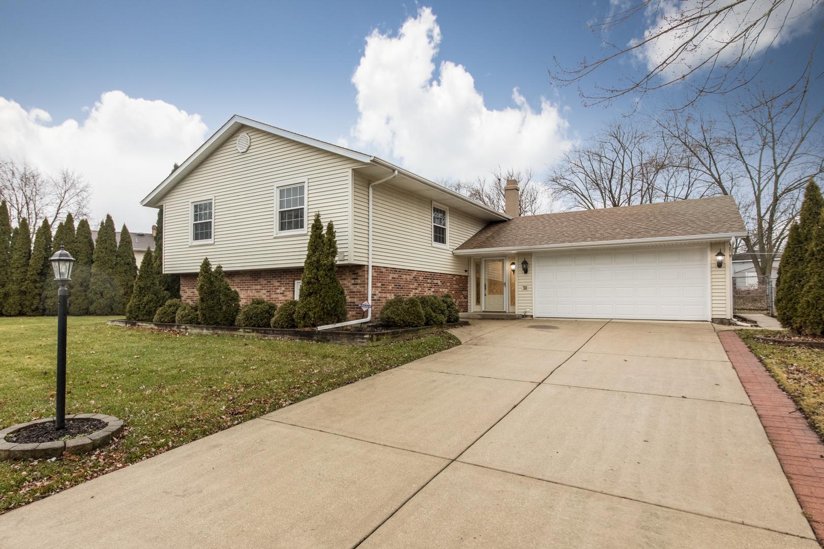 38 WOODRIDGE Lane, Streamwood, Illinois