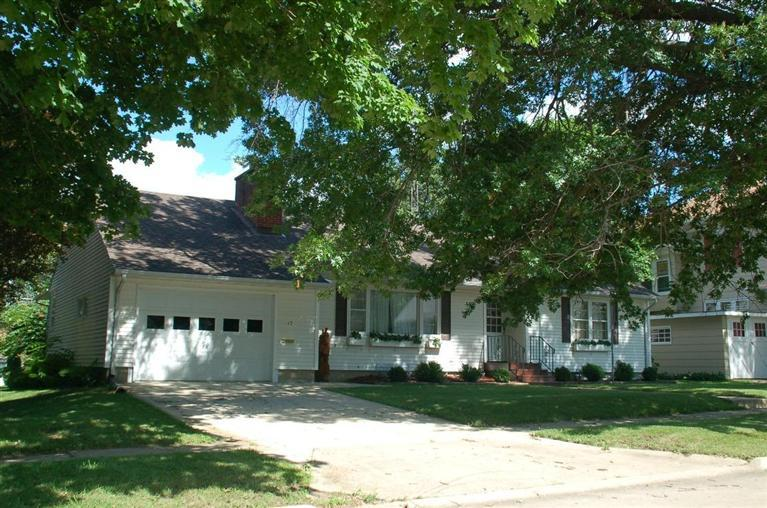 17 6th Ave SE, Oelwein, IA 50662