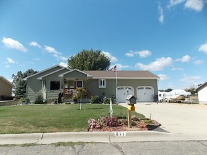 811 43rd St NW, Watertown, SD 57201