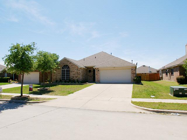 913 Chestnut Ln, Saginaw, TX 76179
