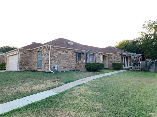 914 Country Club Circle, Grand Prairie in Dallas County, TX 75052 Home for Sale