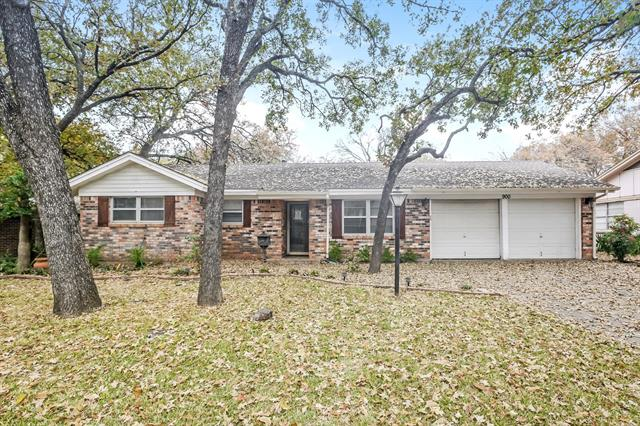 900 Oakwood Drive, Euless in Tarrant County, TX 76040 Home for Sale