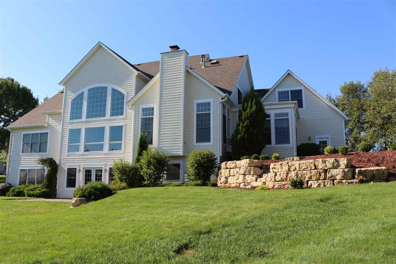 3 Pebble Creek Dr, Le Claire, IA 52753