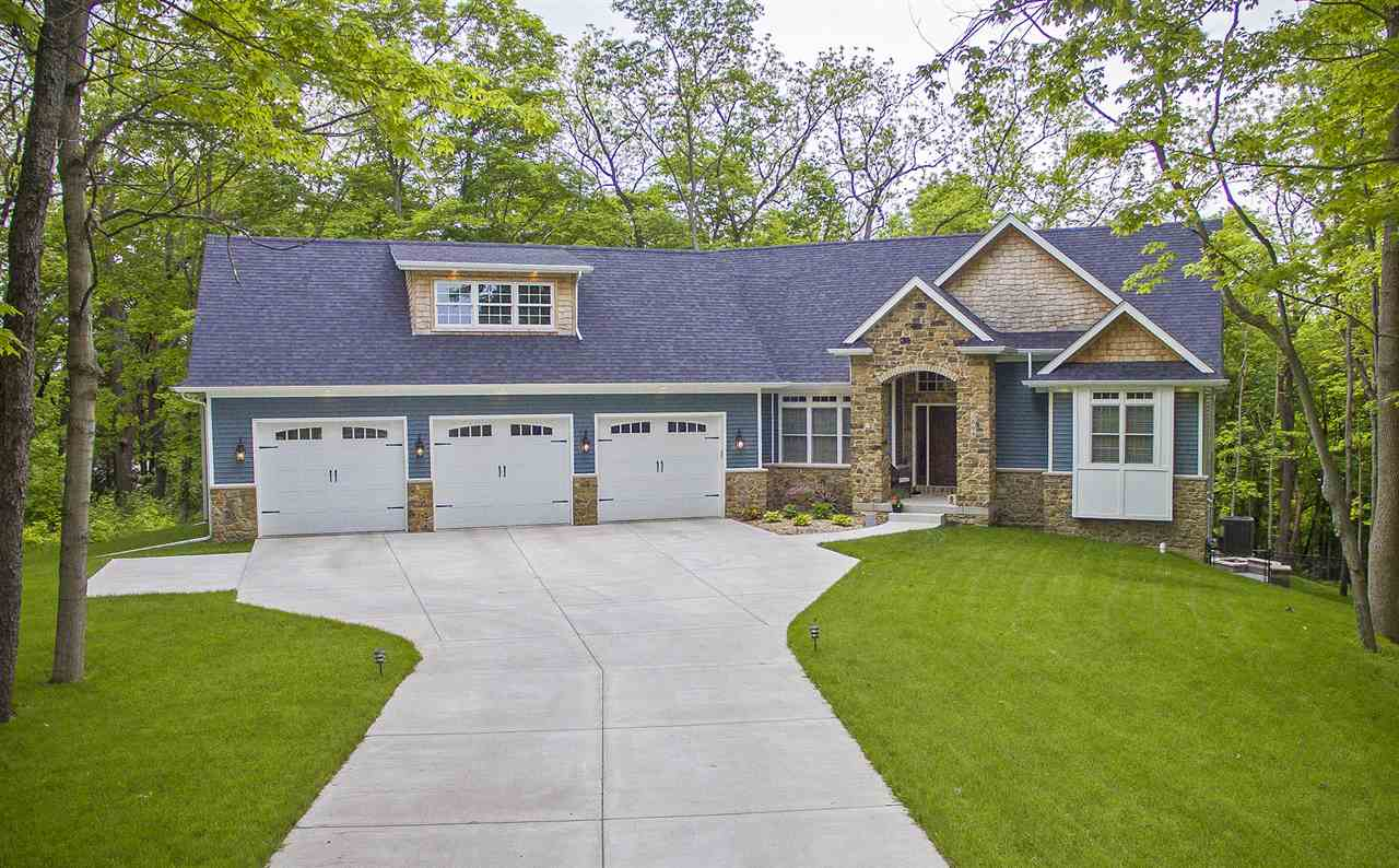 Photo of 2805  WOODLAND Drive  Le Claire  IA