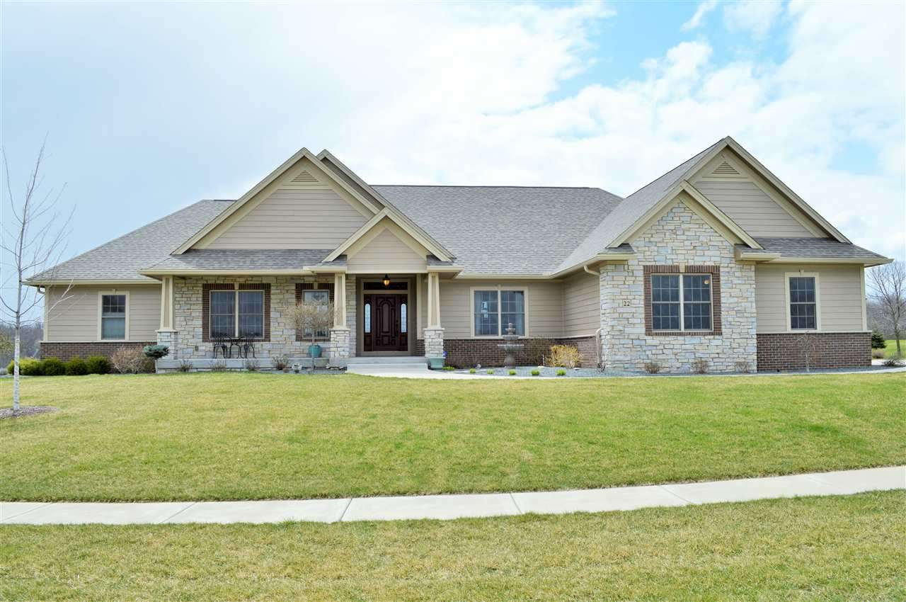 22 Pebble Creek Cir, Le Claire, IA 52753