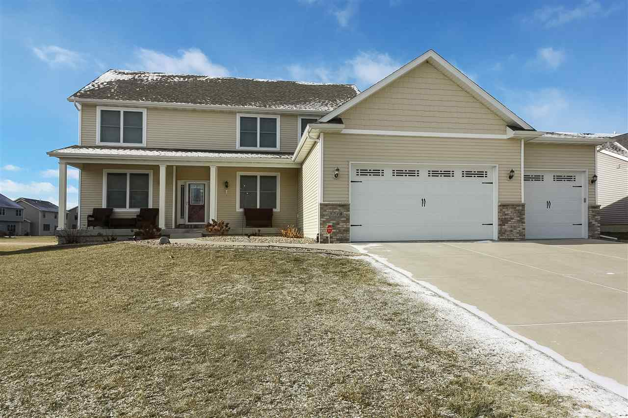 5716 Charlie Chase Ln, Bettendorf, IA 52722