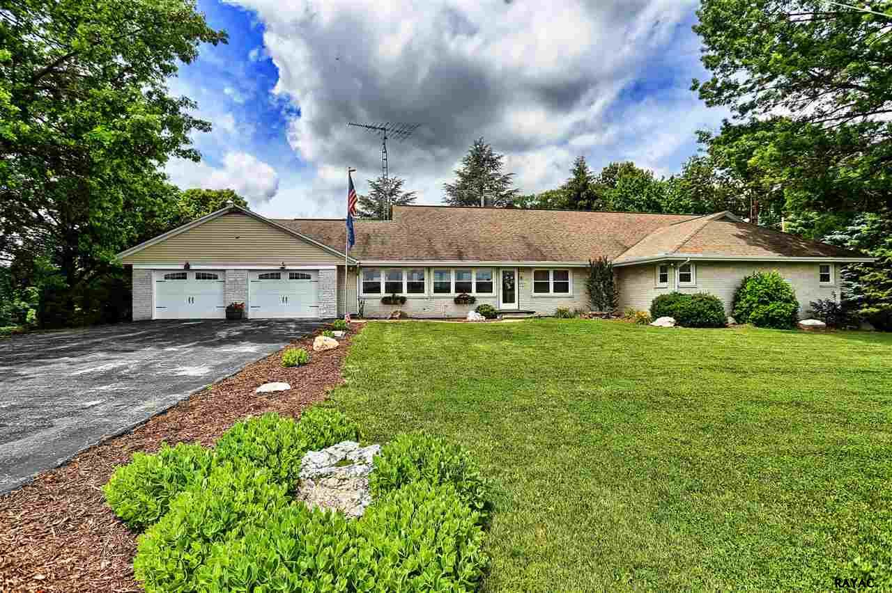 2062 Yingling Dr, Spring Grove, PA 17362