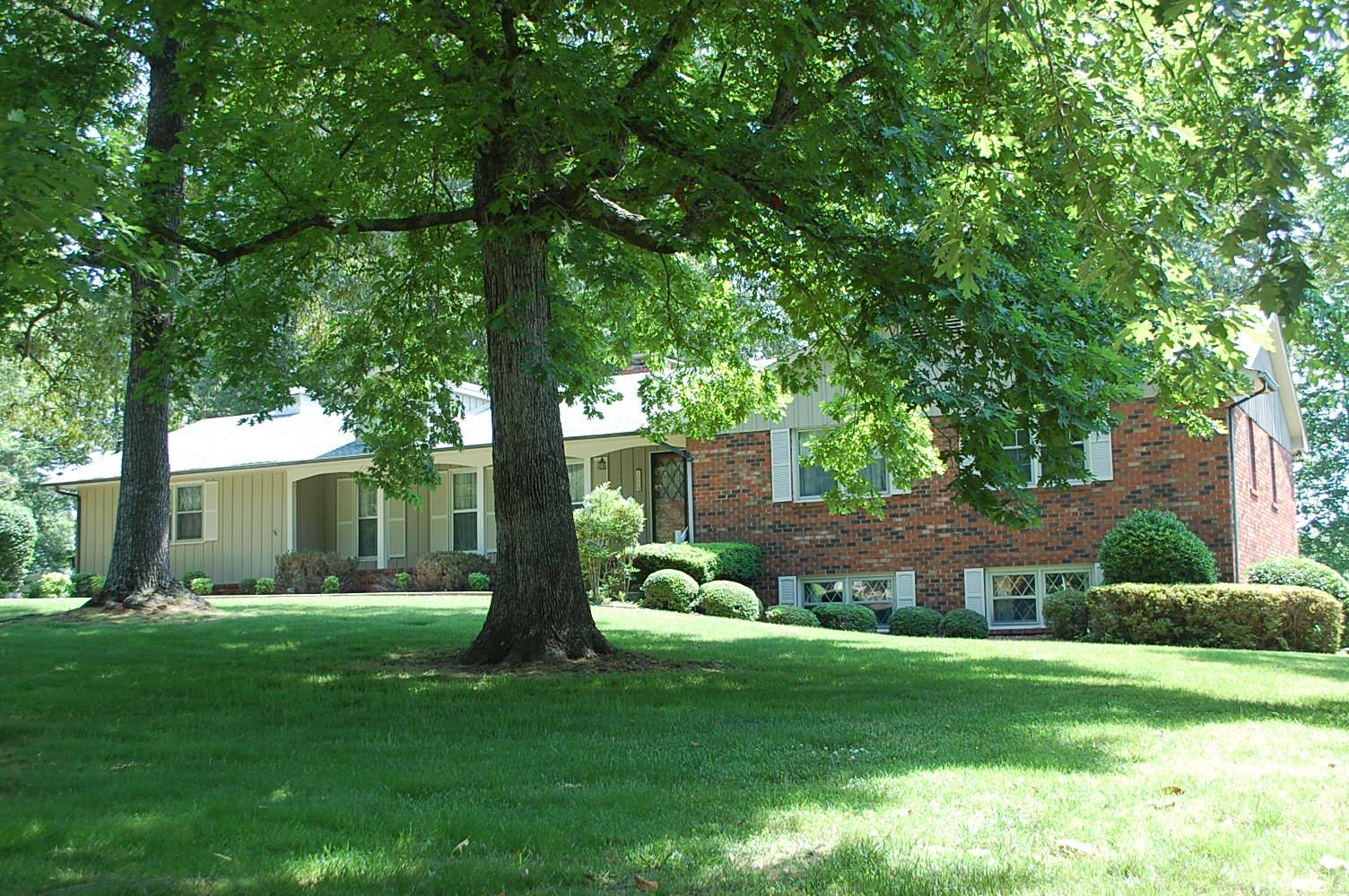 1914 Country Club Dr, Tullahoma, TN 37388