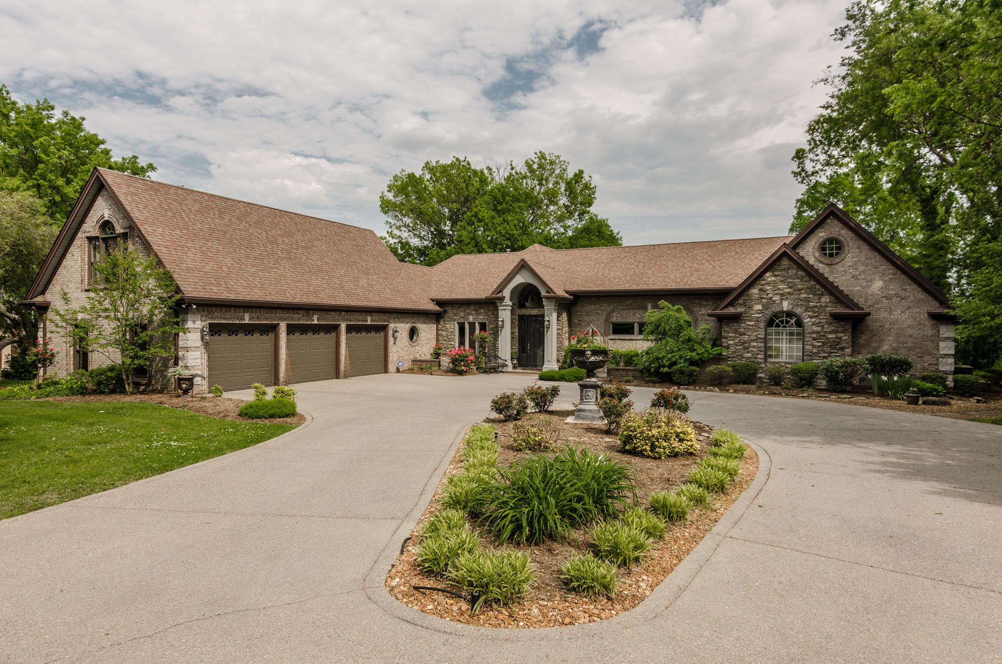 100 Bluegrass Cr. Hendersonville, TN 37075