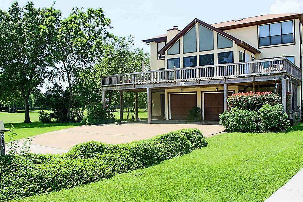 215 Bay Colony Dr, La Porte, TX 77571