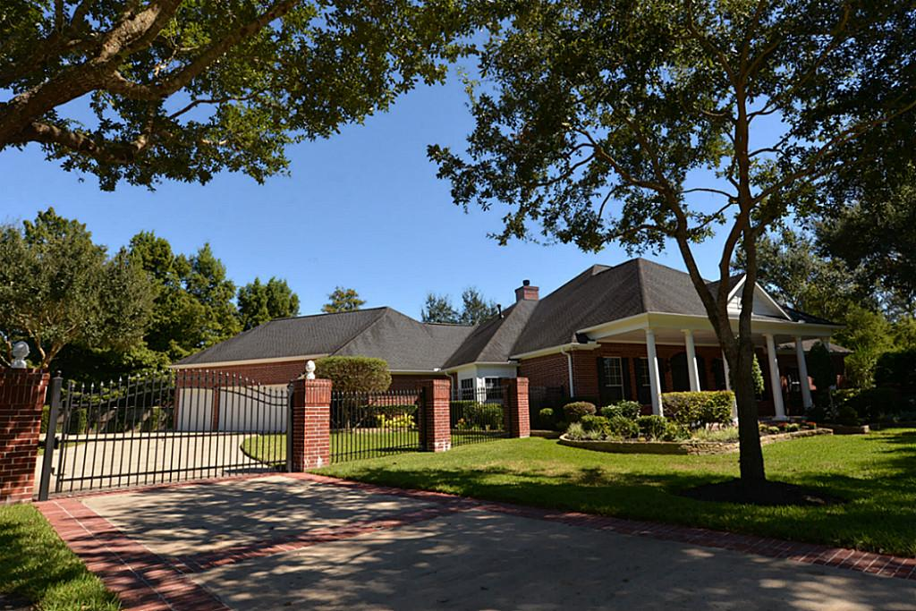 1905 Candlelight Ct, Friendswood, TX 77546
